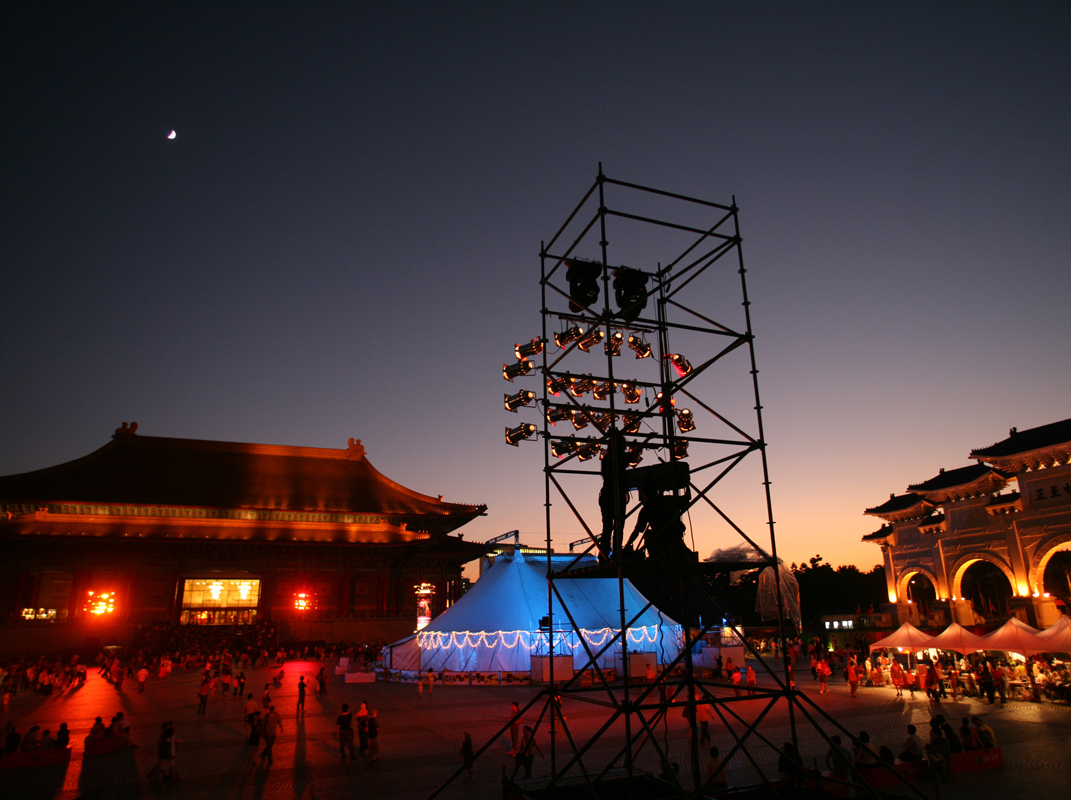 2006兩廳院國際逛場藝術節。INFINE produced the National Theatre's 2006 International Open-Air Arts Festival, sponsored by Taishin Bank.